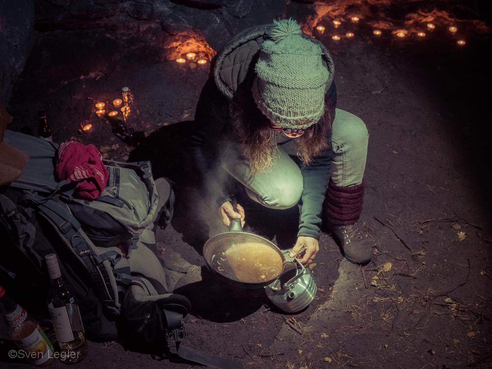 Frau gießt Schokoladensoße in eine Kanne)