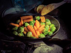 Rosenkohl und Karotten in der Pfanne