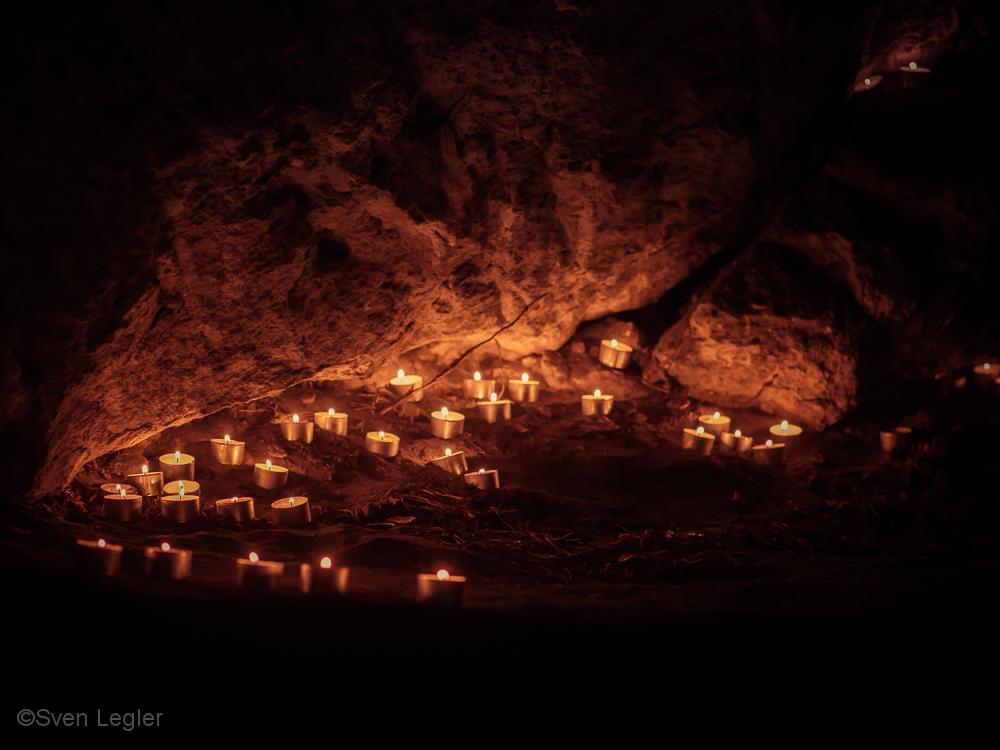 Kerzen in einer Felsnische