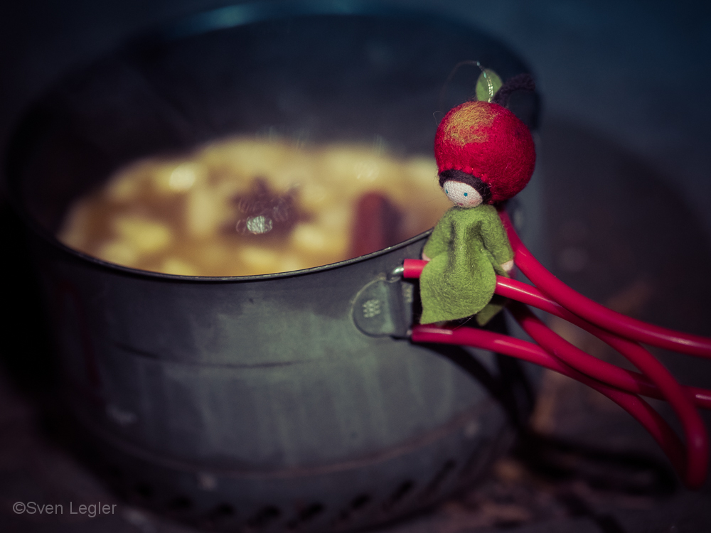 Kochtopf, auf dem Griff sitzt eine kleine Stofffigur