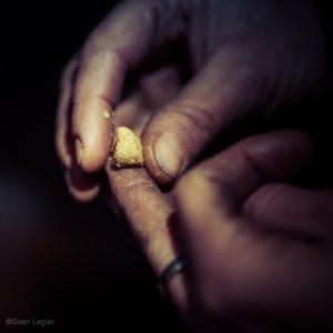 Räucherkerzenmasse, die auf dem Finger zu einem Hütchen geformt wird