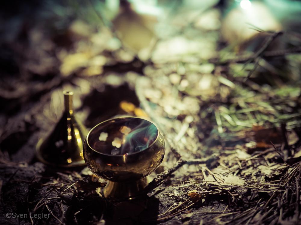Räucherkerzen-Gefäß auf dem Waldboden