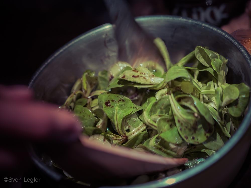 Blechschüssel mit Feldsalat