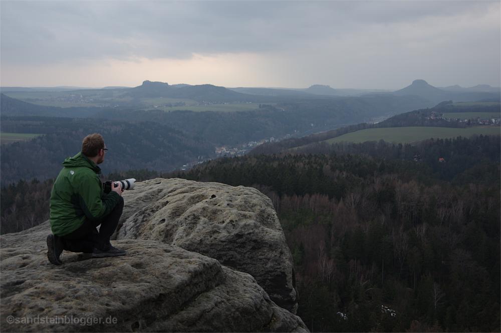 Mann auf Felsplateau über dem Elbtal in der Sächsischen Schweiz