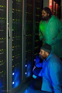 Zwei Männer vor einem Server
