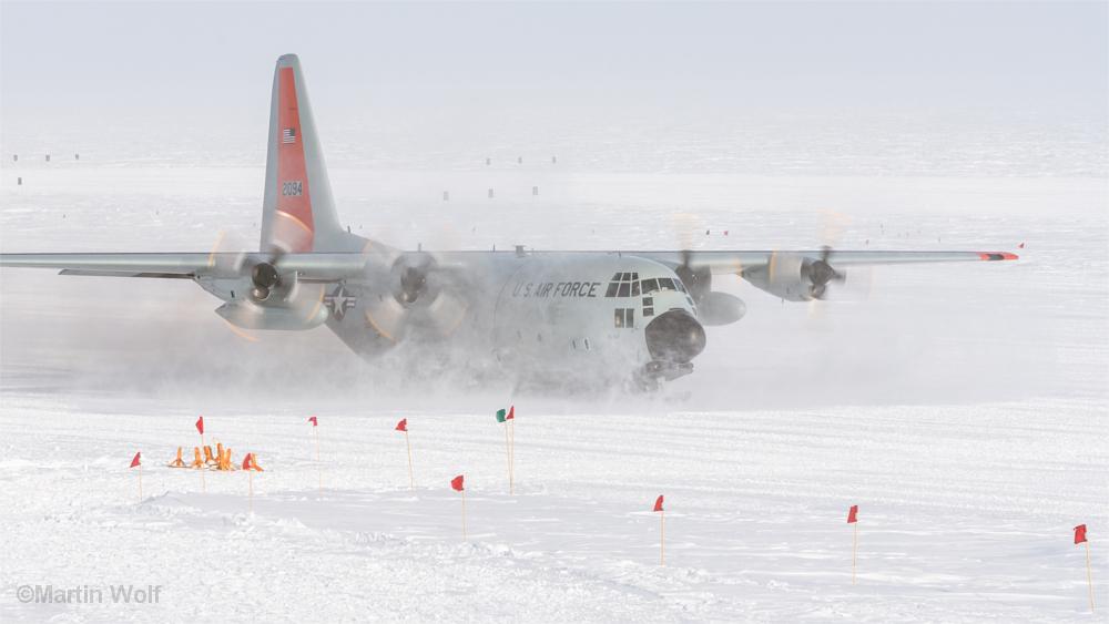 Flugzeug landet im Schnee am Südpol