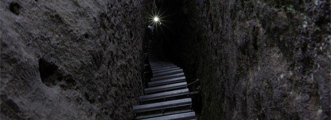 Eisentreppe in einer engen Felsschlucht