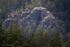 Felsmassiv mit Höhleneingang