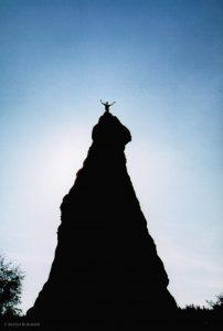 Mann auf Feslen im Elbsandsteingebirge