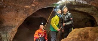 Kinder mit Stirnlampen in einer Felshöhle