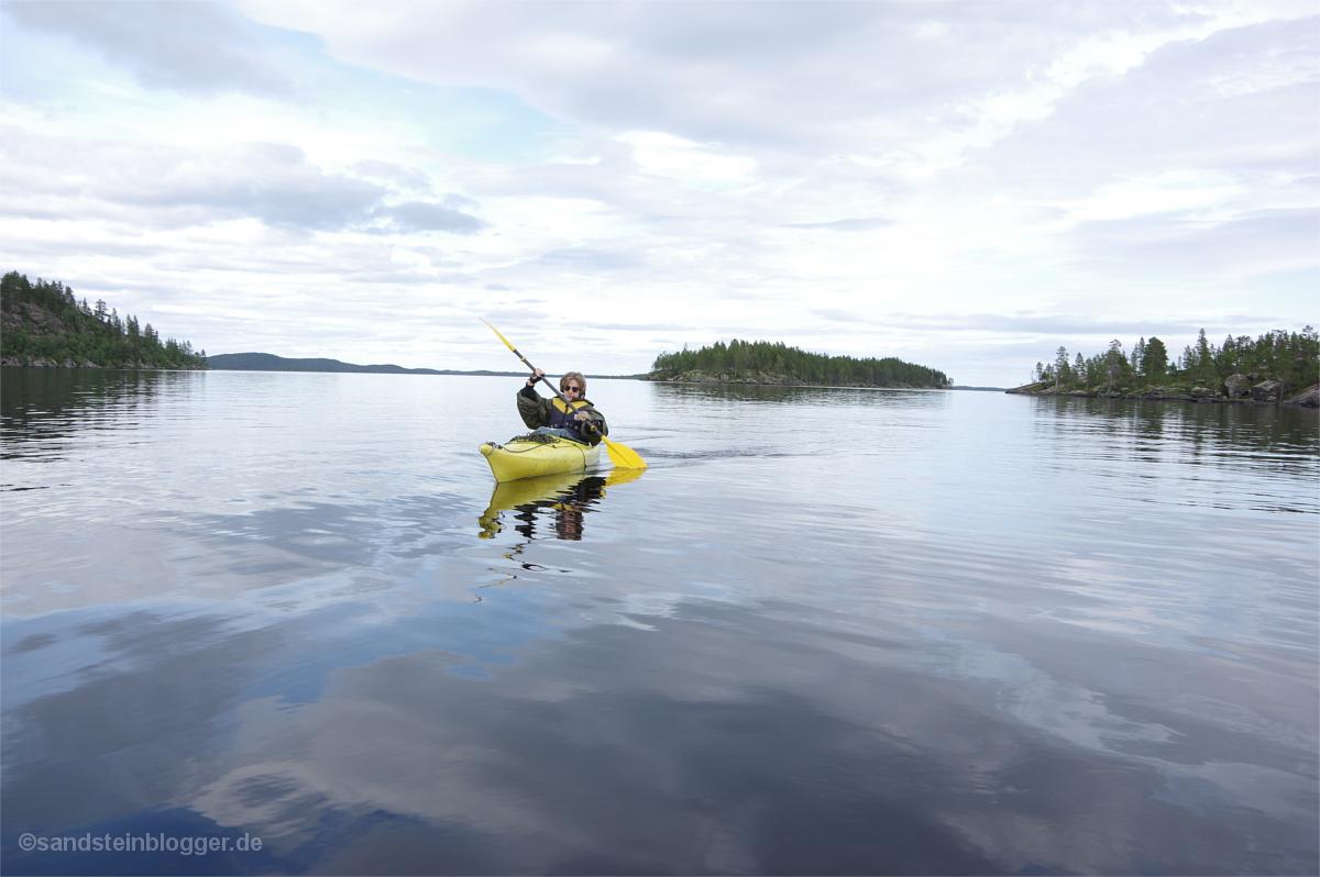 Kajakfahrer auf windstillem See