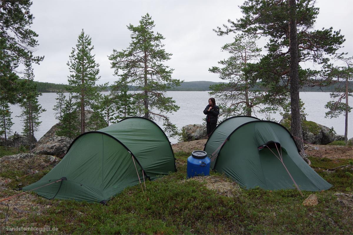 Zwei Zelte, dazwischen eine Frau - im Hintergrund der See