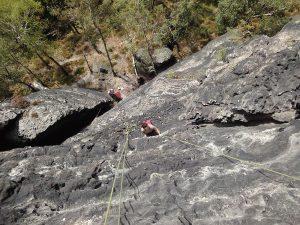 Felswand mit Kletterern