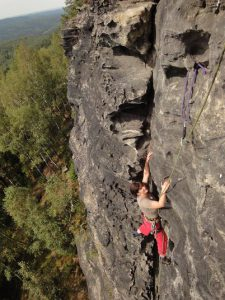 Kletterin an Felswand