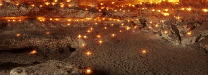 Sandsteinhöhle voller brennender Teelichter