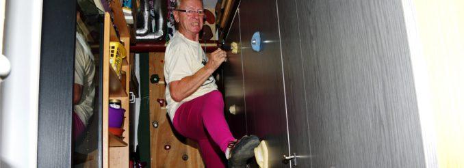 Rentner klettert im Keller an einer Schrankwand