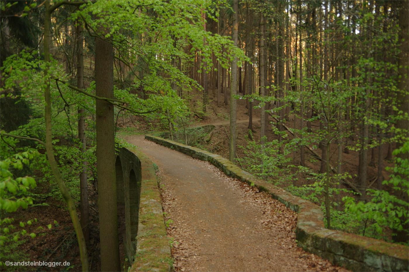 Alte Brücke im Wald