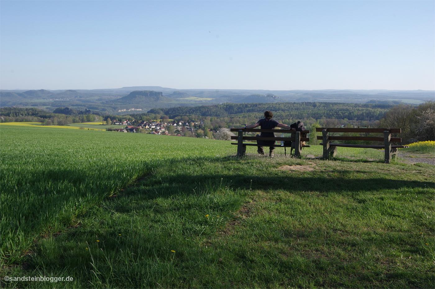 Zwei Aussichtsbänke, ein grandioser Rundblick über weite Teile des Elbsandsteingebirges