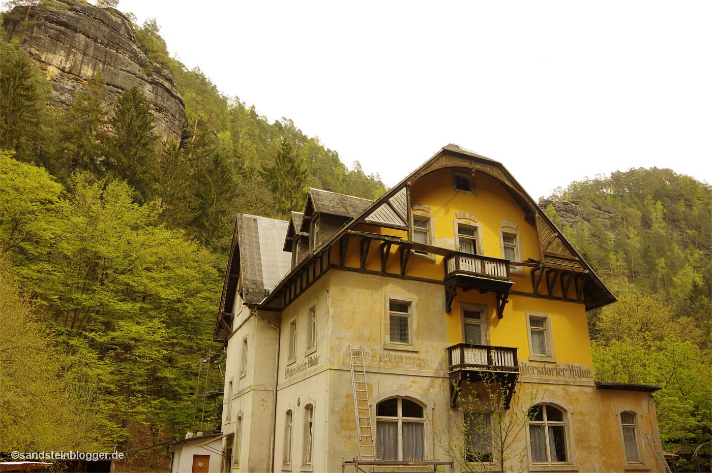 Altes Gasthaus, dahinter Sandsteinfelsen