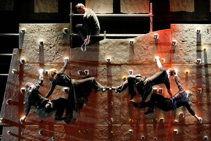 Tanz in der Vertikalen, fünf Kletterer an der Kunstwand, dahinter ein Baugerüst