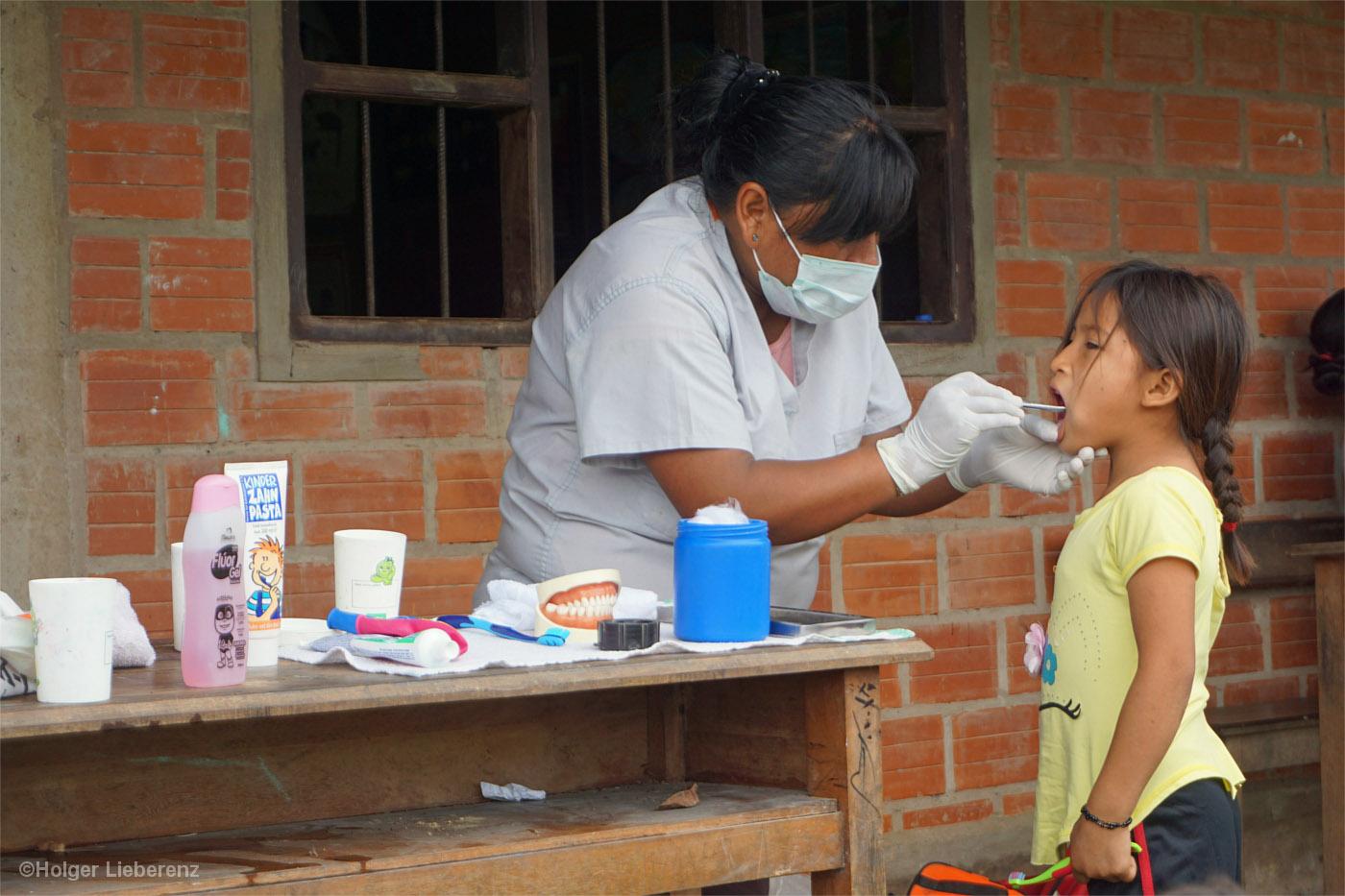 Zahnärztin untersucht ein kleines Indianer-Mädchen