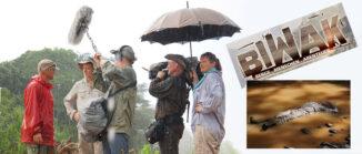 Fotomontage: Fernsehcrew im Regenwald, rechts daneben liegt ein Mann in voller Montur im Fluss.