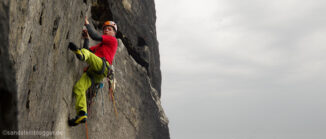 Kletterer an Felswand im Elbsandsteingebirge